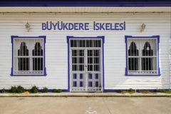 Istanboel, Sariyer/Turkije 04 29 19: Buyukderepijler, het Oude Houten Weergeven van de Dokingang stock fotografie