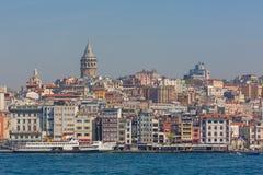 ISTANBOEL, TURKIJE - APRIL 27, 2015: Cityscape van Istanboel en mening van Galata-Toren van Bosphorus Stock Foto