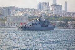 ISTANBOEL, TURKIJE, 30 AUGUSTUS, 2018: De oorlogsschip die van Turkije Bosphorus overgaan stock afbeeldingen