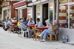 ISTANBOEL, TURKIJE, 24 AUGUSTUS, 2015: De oude Turkse mensen zitten bij koffie t Stock Foto's