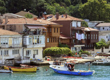 ISTANBOEL, TURKIJE, 24 AUGUSTUS, 2015: Mening over jachthaven in kavagidorp, Istanboel Royalty-vrije Stock Foto