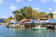 ISTANBOEL, TURKIJE, 24 AUGUSTUS, 2015: Mening over jachthaven in kavagidorp, Istanboel Royalty-vrije Stock Afbeelding