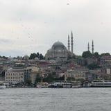 ISTANBOEL, TURKIJE: Cruiseveerboten in Eminonu-Haven dichtbij de Brug van Yeni Cami en Galata- stock afbeelding