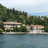 ISTANBOEL, TURKIJE: Cruiseveerboten in Eminonu-Haven dichtbij de Brug van Yeni Cami en Galata- stock foto