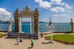 Istanboel, Turkije De Poort van het oosten van Dolmabahce-Paleis op de kusten van Bosphorus Stock Foto's