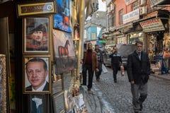 ISTANBOEL, TURKIJE - DECEMBER 28, 2015: Mensen die door portretten van Kemal Ataturk en Recep Tayyip Erdogan, huidige voorzitter  royalty-vrije stock afbeelding
