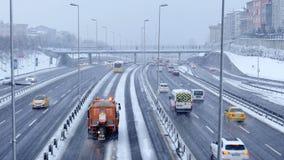 ISTANBOEL, TURKIJE - FEBRUARI 2015: Wegverkeer op sneeuwdag stock footage