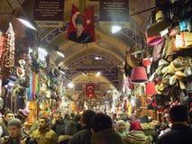 Istanboel, Turkije - Grote Bazaar met veel mensen en allerlei goederen en Turkse vlaggen royalty-vrije stock fotografie