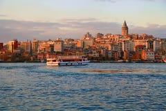 ISTANBOEL, TURKIJE - MAART 28, 2012: Gouden Hoornbaai in de avond Stock Fotografie
