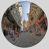ISTANBOEL, TURKIJE - MAART 25, 2012: Straat aan de Toren van Galata Royalty-vrije Stock Fotografie