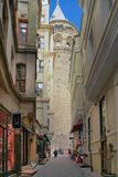 ISTANBOEL, TURKIJE - MAART 28, 2012: Straat aan de Toren van Galata Royalty-vrije Stock Fotografie