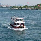 ISTANBOEL, TURKIJE - MEI 24: Mening van boten en gebouwen langs Bosphorus in Istanboel Royalty-vrije Stock Fotografie