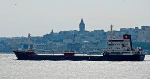 ISTANBOEL, TURKIJE - MEI 24: Mening van een schip die onderaan Bosphorus in Istanboel kruisen Royalty-vrije Stock Afbeeldingen