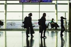 ISTANBOEL, TURKIJE - Oktober, 2013: Een mening van het luchthavenplatform Stock Afbeeldingen