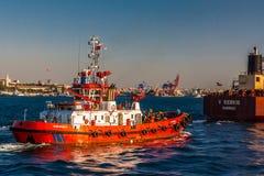Istanboel, Turkije, 6 Oktober, 2011: Het schip van de kustwacht stock fotografie