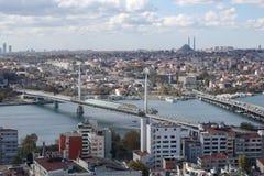 Istanboel, Turkije - OKTOBER 25, 2018: Weergeven van een hoog punt op de bruggen over de Gouden Hoornbaai stock fotografie