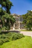 Istanboel, Turkije Park en één van de gebouwen van het paleis van de Ottomanesultannen Dolmabahce Royalty-vrije Stock Foto's