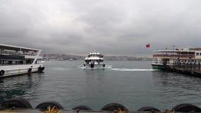 Istanbuł łódkowaty przyjeżdżać molo od Bosphorus na chmurnym deszczowym dniu i, Turcja zdjęcie wideo