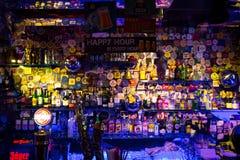 Istanbuł Beyoglu, Turcja 04,/ 11 2019: Błękity Mieścą, Kolorowa projekta baru półka fotografia stock