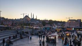 Istanbuł czasu upływu tłum ludzie chodzi na ulicie blisko Galata mostu w Istanbuł, Turcja zbiory
