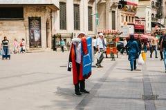 Istanbuł, Czerwiec 15, 2017: Autentyczna scena pitchman Mały biznes dla sprzedawać różnorodne flaga na Tureckich tematach Zdjęcia Royalty Free