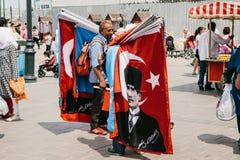 Istanbuł, Czerwiec 15, 2017: Autentyczna scena pitchman Mały biznes dla sprzedawać różnorodne flaga na Tureckich tematach Obraz Stock