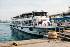 Istanbuł, Czerwiec 15, 2017: Nowożytny statek przy Eminom kuszetką w Azjatyckiej części miasto Transport turyści i zdjęcia stock