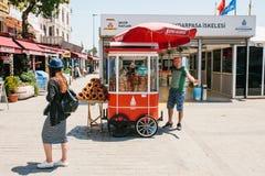 Istanbuł, Czerwiec 17, 2017: Sprzedaż tradycyjny Turecki bagel dzwonił Simit Krajowy Turecki jedzenie Uliczny jedzenie Obraz Stock