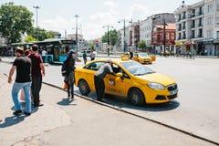 Istanbuł, Czerwiec 11, 2017: Tradycyjny żółty taxi na ulicie w Fatih okręgu Istanbuł, Turcja Klienci Obraz Stock