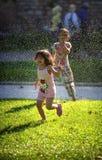 ISTANBUŁ, LIPIEC - 26: Dwa małej dziewczynki bawić się z automatycznym Obraz Stock