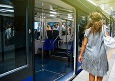 Istanbuł metra scena z kobiety łapania pociągiem fotografia stock