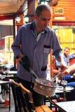 ISTANBUŁ - OKOŁO CZERWIEC 2015: Producent zamienia węgiel w gościa ` s nargile Fotografia Stock