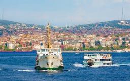 Istanbuł pejzaż miejski, pasażerscy promy krzyżuje cieśninę Bosphorus Obrazy Royalty Free