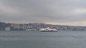 Istanbuł promu żeglowanie w Bosphorus na chmurnym deszczowym dniu i, Istanbuł, Turcja zbiory