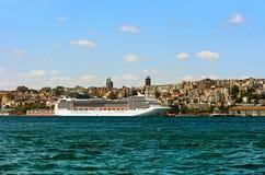 ISTANBUŁ, Sierpień 27, 2015: Jechać w samochodzie na Bosphorus b Obraz Stock