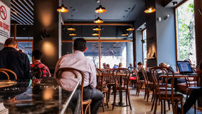 Istanbuł Turcja, Czerwiec, - 02, 2017: Ludzie przy Starbucks sklep z kawą w Istanbuł Zdjęcia Stock