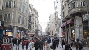 ISTANBUŁ, TURCJA, CZERWIEC 3 2017: Ludzie spaceru przez Isiklal ulicy w Istanbuł zbiory