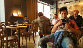 Istanbuł Turcja, Czerwiec, - 02, 2017: Młody człowiek przy Starbucks sklep z kawą w Istanbuł Zdjęcie Stock