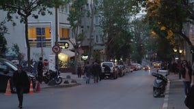 ISTANBUŁ, TURCJA, CZERWIEC 3 2017: Samochodowy ruch drogowy blisko Taksim kwadrata przy wieczór zbiory wideo