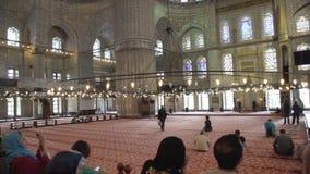 ISTANBUŁ, TURCJA, CZERWIEC 3 2017: Turyści i goście w Sultanahmet meczecie zbiory wideo