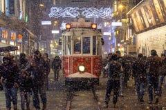 ISTANBUŁ TURCJA, GRUDZIEŃ, - 30, 2015: Śnieżyca nad tramwajem na Istiklal ulicie, główna zwyczajna ulica Istanbuł, Turcja zdjęcie stock