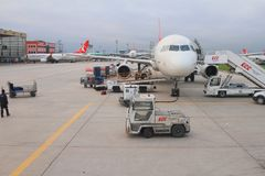 Istanbuł Turcja, Jan, - 02, 2015: Usługa samolot przy lotniskiem Obrazy Stock