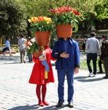 Istanbuł Turcja, Kwiecień, - 20, 2016: istanbul tulipanowy festiwal przy, one i stawiamy tulipanu na ich h Fotografia Royalty Free