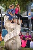 ISTANBUŁ TURCJA, LIPIEC, - 07: Dzieciaki nad parkową rzeźbą na Lipu (0) Zdjęcie Royalty Free