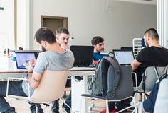 Istanbuł Turcja, Lipiec, - 21, 2017: Młodzi ucznie studiuje z laptopami w bibliotece uniwersyteckiej, nauka pokoju/ Obraz Stock