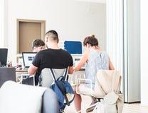 Istanbuł Turcja, Lipiec, - 21, 2017: Młodzi ucznie studiuje z laptopami w bibliotece uniwersyteckiej, nauka pokoju/ Obrazy Royalty Free