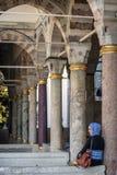 ISTANBUŁ TURCJA, LIPIEC, - 07: Muzułmańska kobieta odwiedza Topkapi pałac Zdjęcie Stock