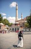 ISTANBUŁ TURCJA, LIPIEC, - 07: Muzułmańska kobieta przed Hagia Sophi Obrazy Stock