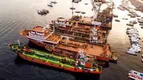 Istanbuł Turcja, Luty, - 23, 2018: Grupa Starzy ładunków statki, Tugboats, Łowiący statki i małą łódkę w brzegowych pobliskich sk Fotografia Royalty Free
