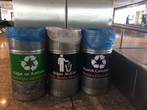 Istanbuł, Turcja, Luty 26th 2018: Kosze dla recyclable materiałów w Ataturk lotnisku zdjęcie royalty free